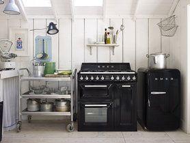 Retro-Kühlschrank und Standherd der Kultmarke #Smeg in schwarz!  #interior #kitchen #design #inspiration
