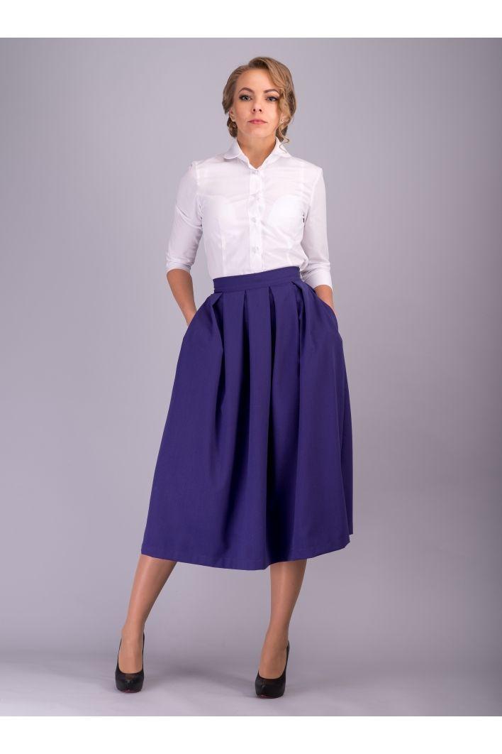 Роскошная и модная юбка миди фиолетового цвета. Глубокий фиолетовый цвет юбки миди делает ее стильной и изысканной: интригующий, живой и чувственный цвет! Именно такой приглушенный оттенок является актуальным и модным в этом сезоне. А модная длина юбки миди подчеркнет Вашу женственность и одновременно  скроет недостатки. Юбка выглядит очень эффектно - пояс юбки миди подчеркнет Вашу талию, фасон юбки со складами скроет недостатки и добавит женственности в ваш образ,  длина миди придаст…