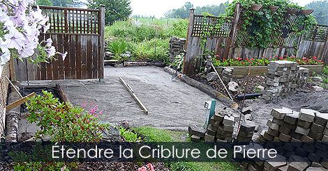 Allée en pavés - Guide de pose de pavés en béton - Comment déposer compacter et niveler la criblure de pierre pour faire le lit de pose des pavés. Instructions : http://www.jardinage-quebec.com/guide/poser-des-paves/pose-de-paves-10.html