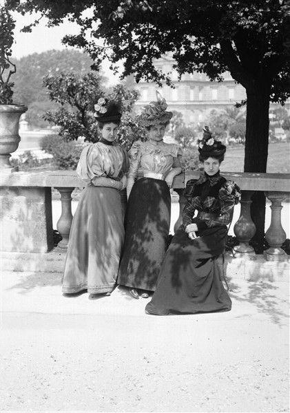 feuille-d-automne:  Mode féminine , Paris, Jardin du Luxembourg, vers 1895. © Henri Roger / Roger-Viollet