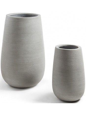 Meravigliosa lavorazione striata per questo set di 2 fioriere in cemento grigio chiaro. Belle e alte, arredano con gusto ed eleganza ogni ambiente sia interno che esterno.