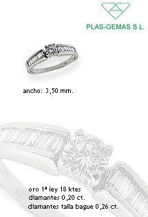 Anillo de diamantes sobre oro blanco de 1ª Ley engastados en carril por los brazos en talla Baguette y en talla Brillante el diamante principal. De la firma Plas-Gemas S.L.