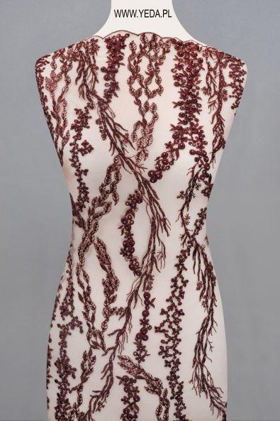 Koronka 10554 WINE Doskonała na suknie koktajlowe lub wieczorowe. Idealna dla druhen, świetnie prezentuje się na przyjęciach weselnych,studniówkach lub balach sylwestrowych.
