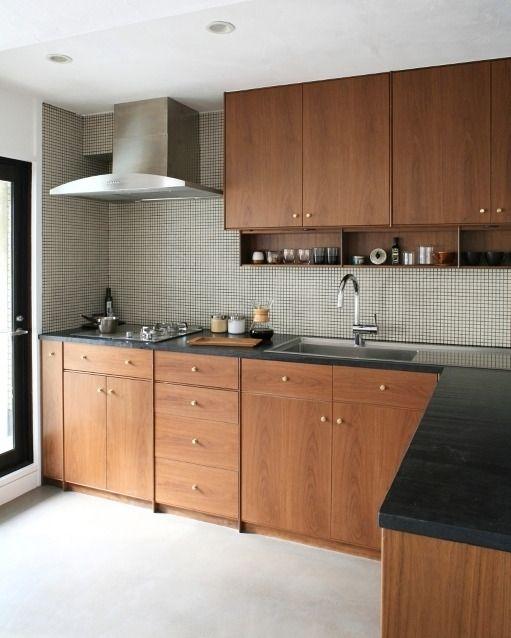 . 壁に貼ったクリーム色のモザイクタイルは目地をグレーにしてアクセントをつけています . L型キッチンの天板は黒の人工大理石で扉はウォルナット材です .  Y邸 #FILE@file_co_ltd . . #キッチン #kitchen #シンプルテイスト #タイルライフ #tilelife  #家づくり #マイホーム #マイホーム計画 #マイホーム計画中 #住宅設計 #住宅デザイン #住宅建築 #住まい #住まいづくり #建築家 #工務店 #戸建 #一戸建て #新築 #リノベーション #マンションリノベ #リフォーム #タイル #キッチンタイル #モザイクタイル #ハウスノート #housenote