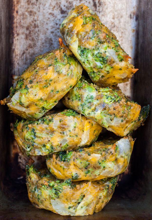 Éstas deliciosas y nutritivas tortitas de brócoli con queso cheddar son una excelente opción para el lunch o snack de los niños (o los adultos). Se pueden hacer al horno o guisadas en un poco de ac…