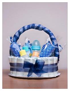 Canastila de pañales: 28 pañales y diferentes artículos útiles para el bebé (biberones, toallitas, chupetes, gel de baño, colonia, champú, termómetro de baño, tijeras de seguridad...)