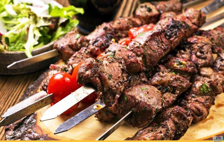 СЕКРЕТЫ ВКУСНОГО ШАШЛЫКА   Среди великого множества вкуснейших мясных блюд многие предпочитают именно шашлык. Это незатейливое, но знаменитое блюдо присутствует во многих кухнях и очень популярно у нас в весенне-летний период.  Шашлык покоряет любителей жареного на углях мяса своим вкусом и ароматом. Чтобы получилось вкусно, нежно, сочно и мягко, очень важно правильно приготовить его блюдо. А для этого нужно знать некоторые секреты приготовления шашлыка. И есть они на каждом этапе готовки…