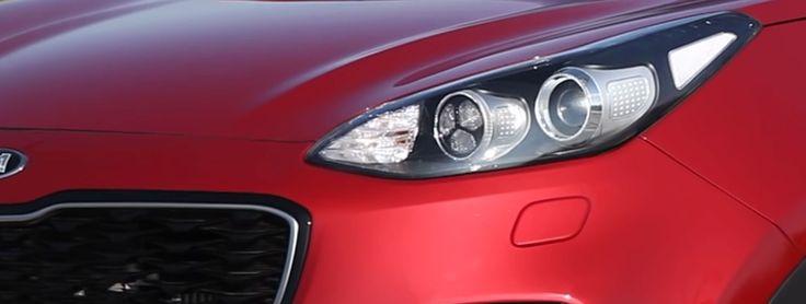 A l'aide d'une caméra placée au niveau du pare-brise, le système détecte le véhicule en amont et le passage des feux de route aux feux de croisement se fait automatiquement. Une fois le véhicule passé, les feux de route se remettent systématiquement. Grâce au lave-phares et au système de correction automatique de l'assiette, vous pouvez conduire tranquillement et être certain de n'éblouir personne venant en face.