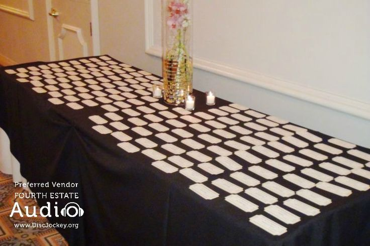 The table cards awaited the arrival of the guests...