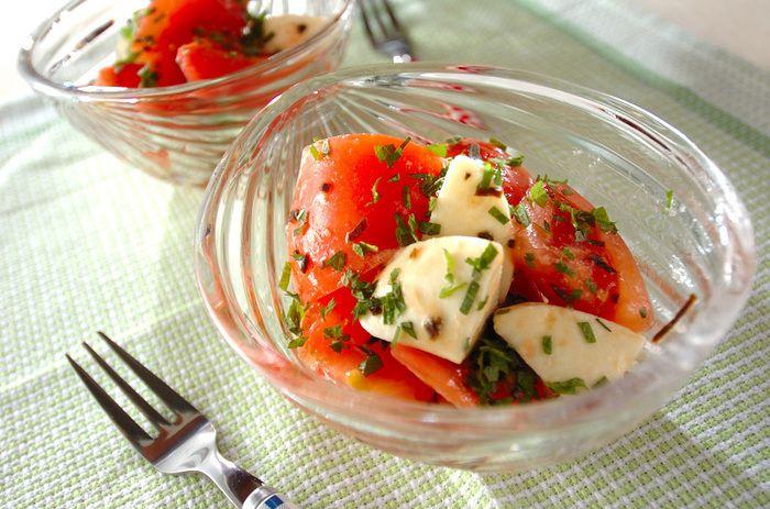 トマトとモッツァレラチーズに塩昆布を加えて、ちょっぴり和のテイストに仕上げた塩昆布カプレーゼ。具材をカットして和えるだけの簡単レシピなのに、とってもお洒落な雰囲気に!大葉の香りが爽やかでさっぱりと頂ける一品。塩昆布を細かく刻む事で、全ての具材がよく絡みます。白ワインなどと一緒にいかがでしょう…