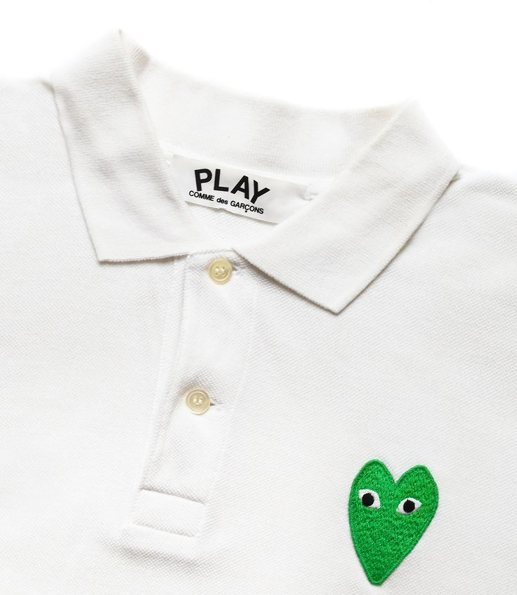 PLAY COMME DES GARCONS women's white cotton polo shirt with green heart embroidered.  Polo PLAY by COMME DES GARCONS, modèle femme en coton blanc et coeur brodé vert.