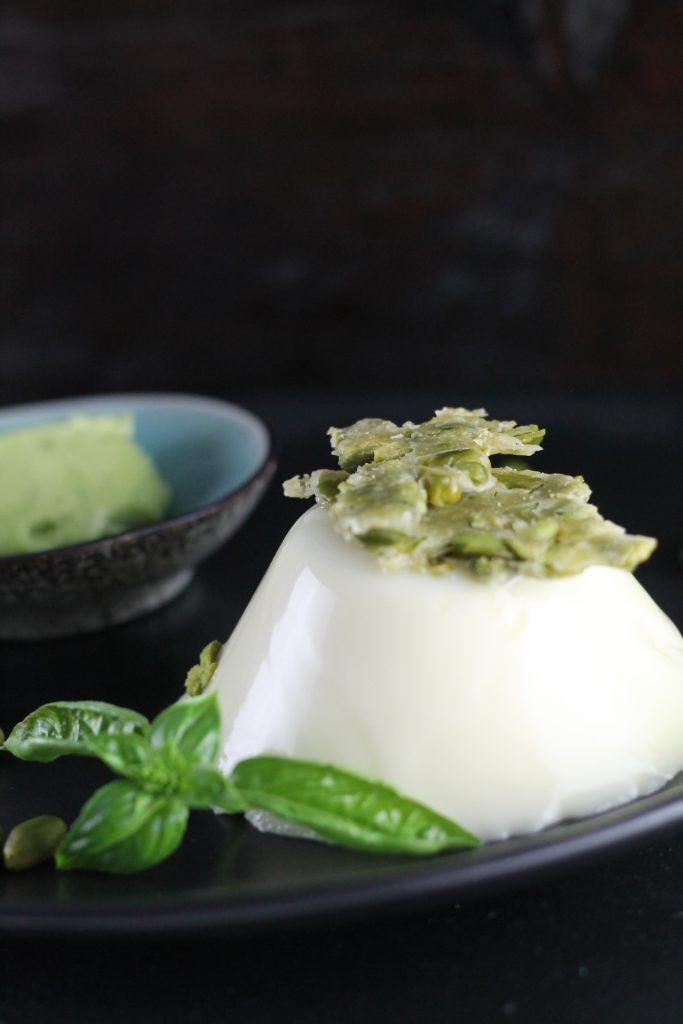 Es wird grün, es wird außergewöhnlich, es wird lecker: Basilikum-Panna cotta mit grünem Tomatensorbet und Pistazienkrokant. Eine Geschmackskombination, die das Gaumensegel zum Ausflippen bringt - und dabei ist das leckere Dessert ganz einfach zu machen.