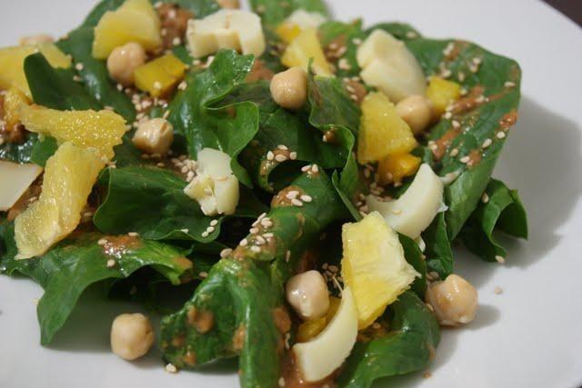 Ensalada de espinacas con vinagreta de mantequilla de Maní