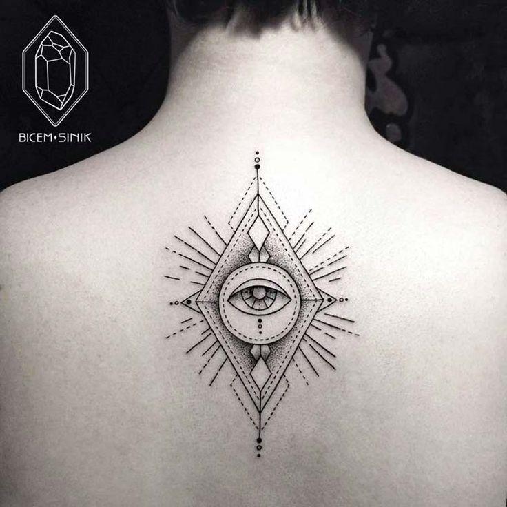 Je vous propose de découvrir le style très minimaliste de cette artiste tatoueuse Bicem Sinik. Un doux mélange avec des lignes, des points, des animaux et des formes géométriques, c'est superbe. http://bicem-sinik.tumblr.com/…