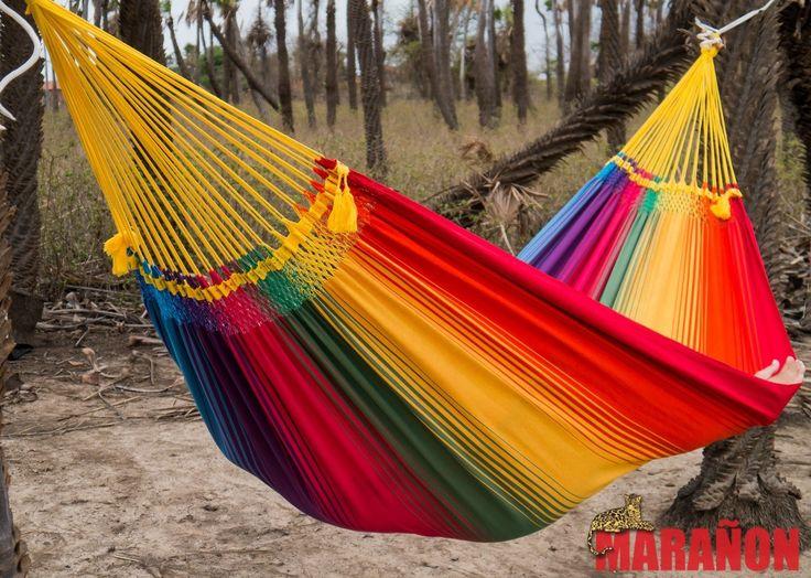 hangmat regenboog voor meerdere personen. Deze 2 persoons hangmat is super comfortabel en heerlijk om te relaxen bij een warme zomerse dag.