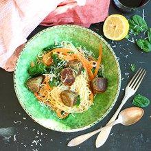 Vegobollar passar fint att serveras med spaghetti, blandad med tahini, citronsaft, smör, babyspenat och lite morot. Recept på Foodfolder.se