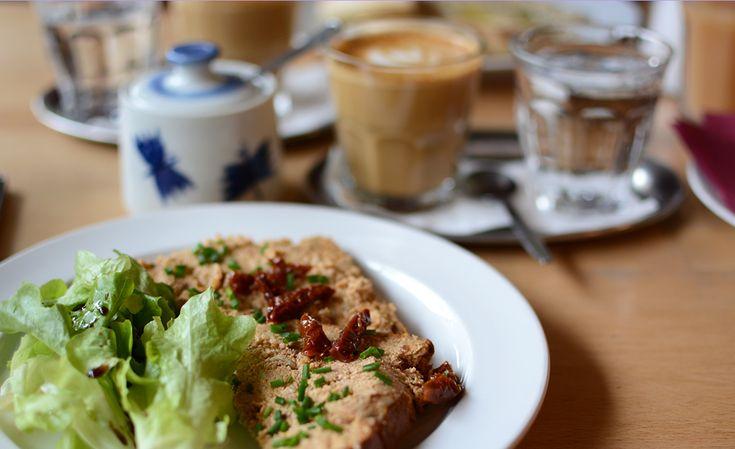 Die böhmische Küche ist herzhaft und süß. Das heißt viel Fleisch, dazu Knödel in den verschiedensten Variationen und am besten noch ein großes Bier. Danach gibt's dann noch Buchteln oder Palatschinken, oder einen Baumkuchen. So stellt man sich Prag kulinarisch vor. Aber in Prag gibt's bereits seit Jahren viele tolle vegane und vegetarische Lokale. Ein paar davon haben wir bei unserem letzten Prag-Besuch ausprobiert! Restaurants Mamacoffee Das Mamacoffee ist die perfekte Anlaufstelle für…