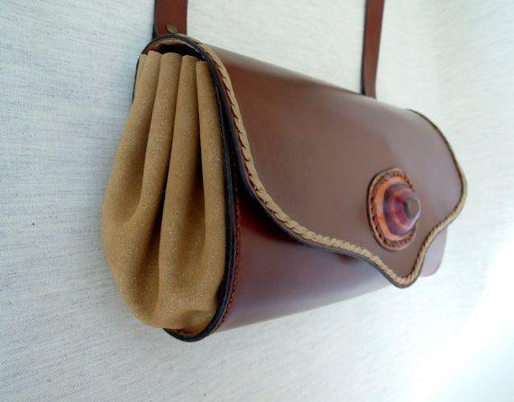 Bolso personalizado con una piedra de cuero. Realizado enteramente de forma artesanal y cosido a mano. Cuerpo central de vaquetilla. Tapa