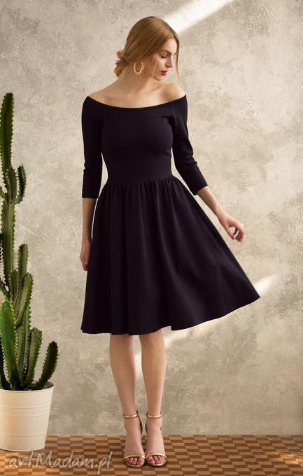 75c9d06f6c Kobieca sukienka uszyta z grubszej wytrzymałej dzianiny w kolorze czarnym-  pięknie podkreśla figurę. Dzianina