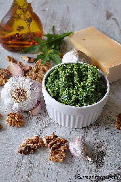 Pesto z rukoli : Składniki: 80 g sera długodojrzewającego 80 g rukoli 2 ząbki czosnku 30 g uprażonych orzechów włoskich 100 g oliwy pół łyżeczki soli Wykonanie pesto z ruko. Przepis na Pesto z rukoli