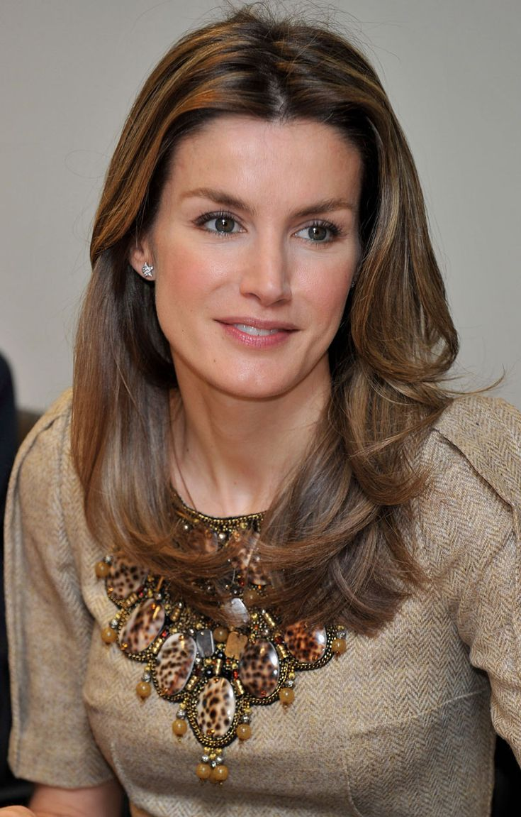 I adore those hues in which she chooses her clothes and accessories!(Princess Letizia of Asturias)