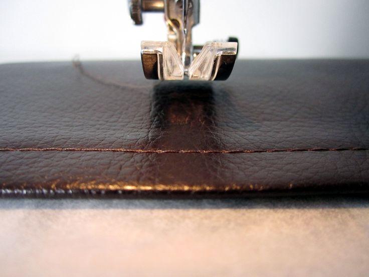 Tuto surpiquer du simili cuir sans pied spécial avec une astuce maison.