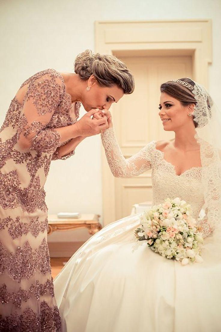 mãe da noiva com maquiagem para noite e vestido com brilho
