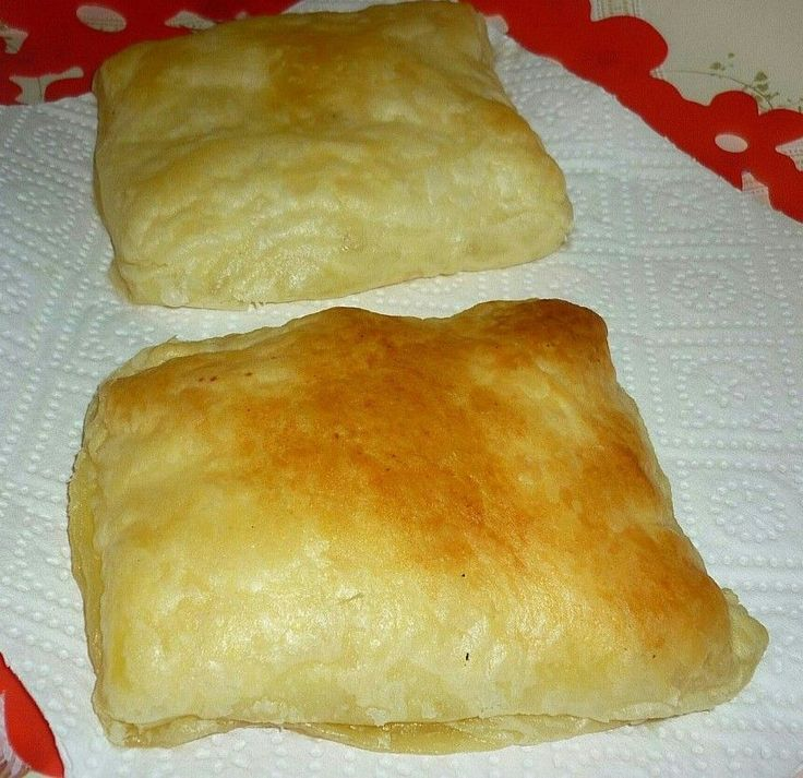 Merdenele / 2 puff pastry (2x275g) 100 g feta 50 g ricotta 1 egg.  200°C 20-25 min