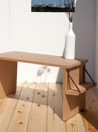 Bausatz für DIY-Tisch mit Stellfläche aus Holz und Leder. Tisch aus hochwertigem Holz, elegant in Schlaf- oder Wohnzimmer, Ideal als Beisteller neben dem Sofa.