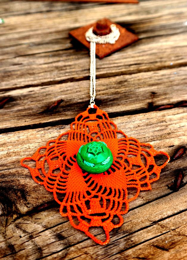 Vintage necklace made from crochet and authentic big vintage button with a flower engrave, both in bright colours in a unique combination.With silver plated chain,bright silver. Dimensions of...
