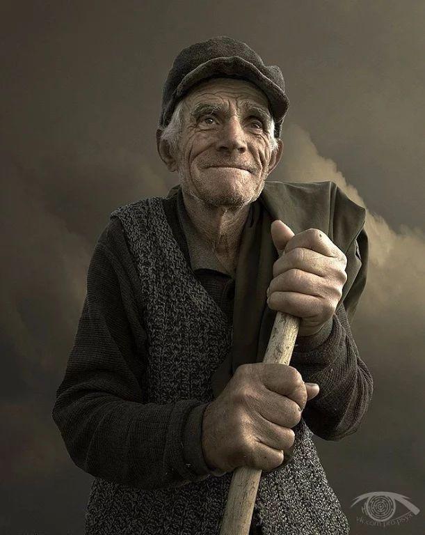 Фото: Эти строки следует перечитывать как минимум, раз в неделю!  Регина Бретт в свои 90 лет составила 45 уроков, которые преподала жизнь.  1. Жизнь несправедлива, но все же хороша. 2. Если сомневаешься, сделай еще шажок вперед. 3. Жизнь слишком коротка, чтобы тратить её на ненависть. 4. Работа не позаботится о тебе, когда ты болеешь. Это сделают твои друзья и родители. Береги эти отношения. 5. Каждый месяц оплачивай долги по кредиткам. 6. Не обязательно выигрывать в каждом споре. Согласись…
