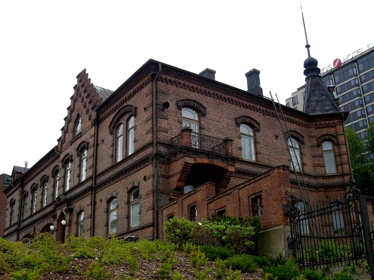 Verkaranta operates in the heart of Tampere in an old dyehouse from the 19th century, which is located by the Tammerkoski rapids. The centre houses two exhibition rooms that hold a variety of arts and crafts exhibitions. Verkaranta also contains a shop that sells products and pieces related to the exhibitions, Pirkanmaan Kotityö Oy's outlet, and Café Valkki. On the second floor, workshops and courses focusing on various crafts are provided.