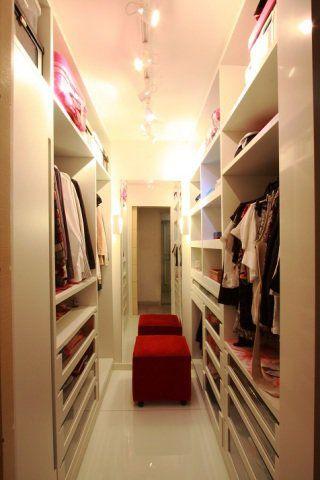 """No diminuto espaço de 3,60 m² desta residência em Niterói, a designer de interiores Cláudia Vaz projetou um closet de MDF branco. O material foi escolhido com o intuito de facilitar a limpeza e não """"fechar"""" muito o ambiente relativamente pequeno. """"A iluminação em trilhos com spots direcionáveis e lâmpadas dicróicas de led brancas são ideais para este ambiente, pois permite ao cliente direcionar a iluminação para o local desejado"""", explica a designer."""
