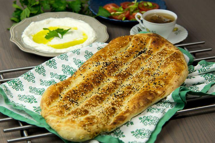 Barbaribröd är ett populärt bröd i Iran. Inte bara för den frasigt goda skorpan med mjukt inkråm, men också för det är ett mångsidigt bröd som både passar som frukostbröd och tillsammans med goda röror. Brödet är dessutom helt vegansk.