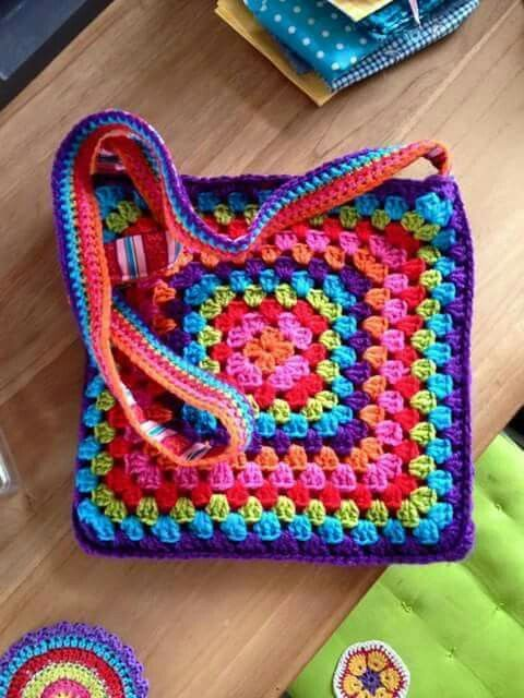 Bolso hecho con granny a crochet