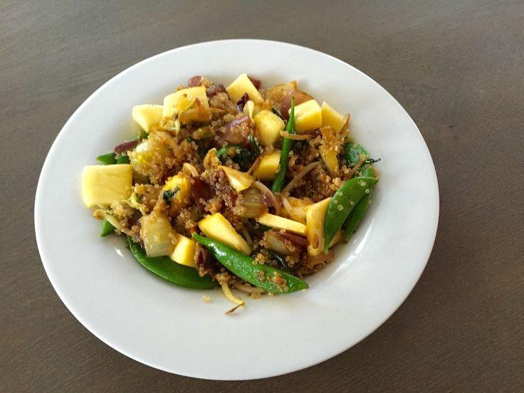 Afgelopen zondag had ik weer zin in een nieuw recept. Ik pakte mijn verzamelboek van knipsels er bij en koos er 1 uit. Dit keer de quinoa salade met mango