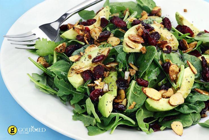 Σαλάτα με σπανάκι ρόκα αβοκάντο και αποξηραμένα κράνμπερις - gourmed.gr