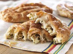 Burek: pasta filo stesa in maniera sottilissima e farcita a piacere con formaggi vari, verdure e carne macinata.