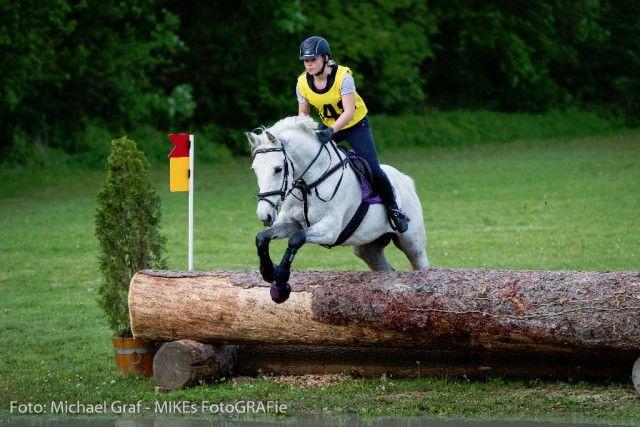 Celina Achter und Royal 7 sind die neuen Vizelandesmeister der Kleinpferde Junioren. © Mike Graf