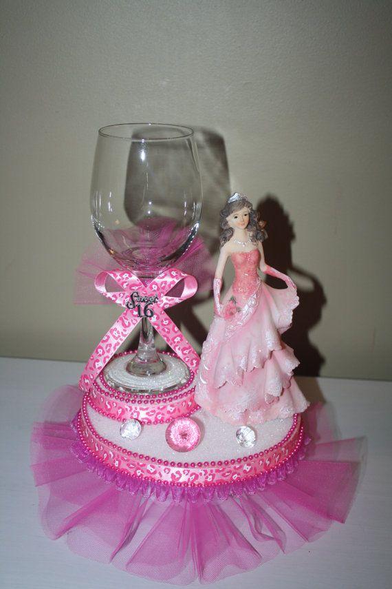 Dulce 16 dulce 15(quinceanera) central. La muñeca es de 8 pulgadas de alto y cuenta con hermoso detalle en el vestido. La pieza central es de 14 pulgadas de alto y 9 pulgadas de ancho. La Copa es de vidrio real. Puede ser llenado con agua de perlas y flores frescas / o con agua y una vela flotante o caramelo. (su elección... proporcionará las cuentas de agua o la vela flotante... especifique por favor!)  con los granos de agua necesita flores de verdad. (no incluido en la subasta) ***