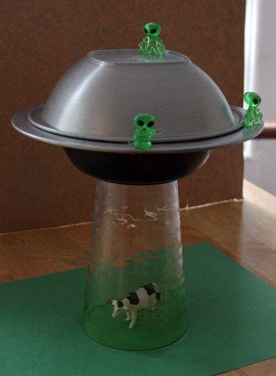 Aprenda como fazer seu próprio abajur que imita uma cena de abdução alienígena. Para isso, você vai precisar do seguinte: - Duas tigelas (uma delas com uma