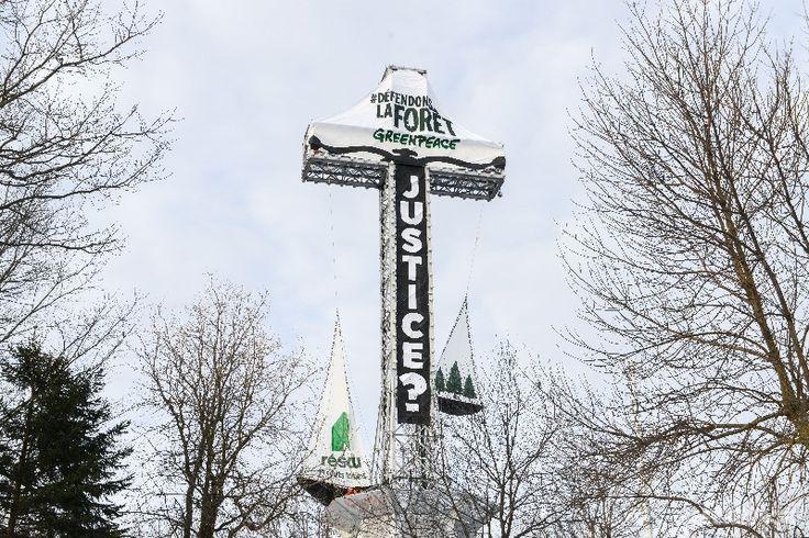 La croix du Mont-Royal transformée en balance de la justice : Greenpeace dénonce le déséquilibre des forces en forêt publique