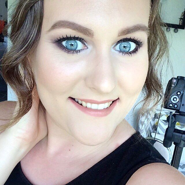 Another shot of yesterday's makeup! I am wearing @karenmurrelllipsticks Sand Storm on my lips! Also featuring my camera in the background  #MOTD #wiw #nzblogger #boldmakeup #karenmurrell #sandstorm