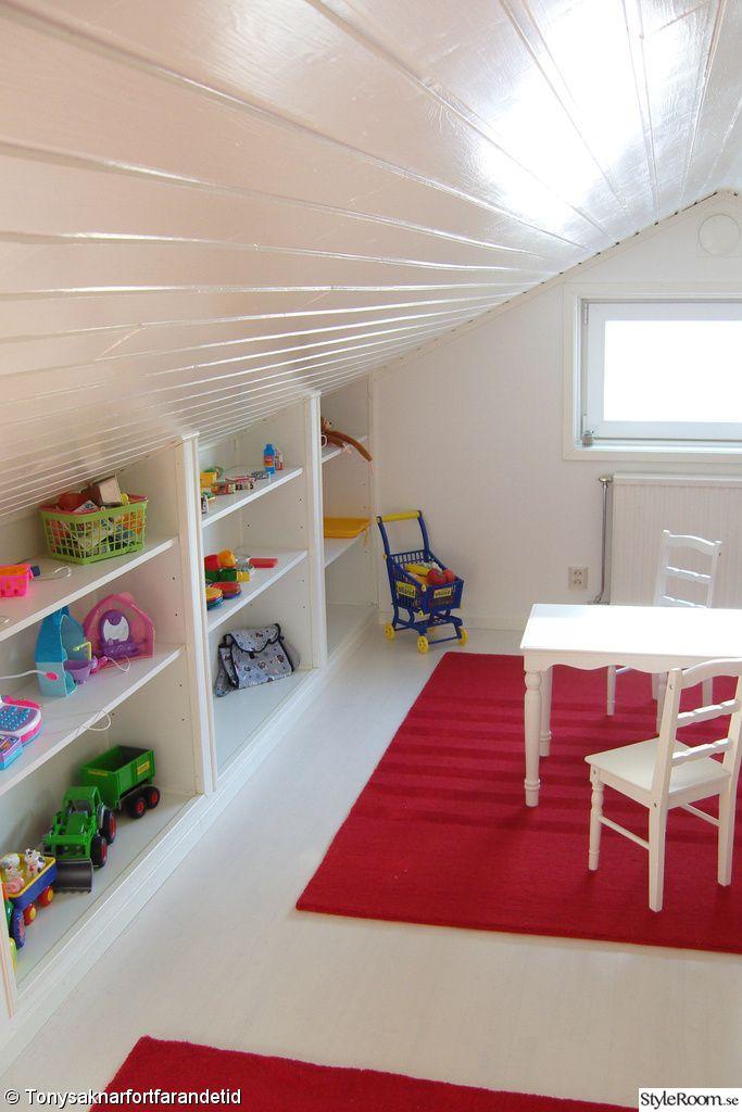 Inbyggda hyllor i barnrummet.