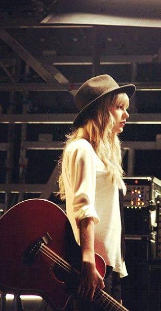 Sus guitarras siempre son tan bonitas :3