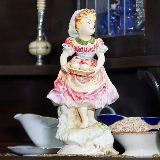 Vintage porcelánová socha Foreign (výška 25 cm). S možnosťou fakturácie. Prepravné náklady  nie sú v cene.