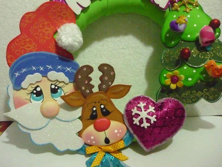 Hermosa corona navideña realizada en fomi (goma eva), incluye molde de Santa Claus, reno y arbolito de Navidad. Materiales: 1 círculo de unicel (poliespan, poliestireno) Cinta, tela o papel crepé para envolver el circulo de unicel. Fomi en color: rojo, verde oscuro, verde claro, marrón, camel, azul, fucsia, blanco, piel. Pincel liner Pintura diamantada inflable …