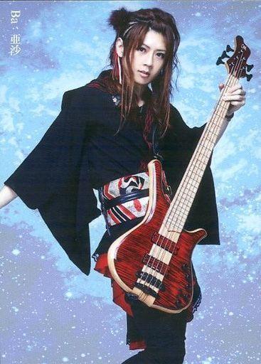 ベースを持った和楽器バンドの亜紗