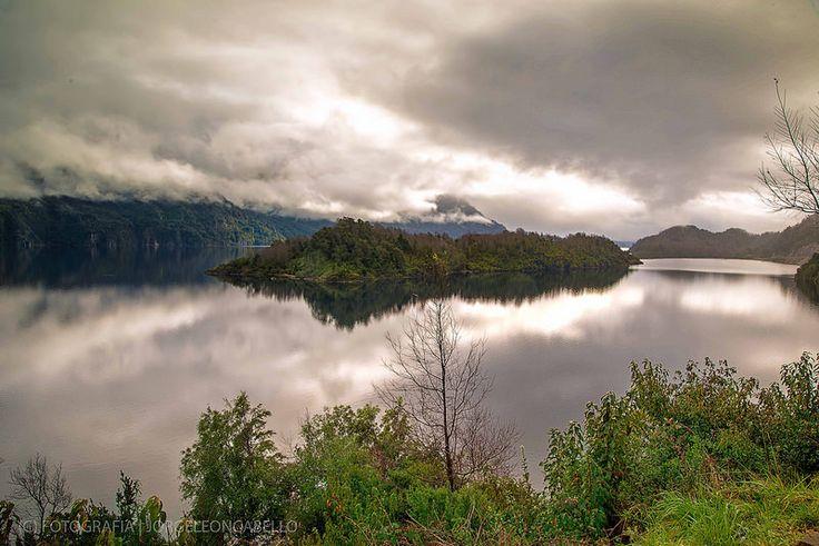 Islote y sus reflejos - Lago Panguipulli (Chile)