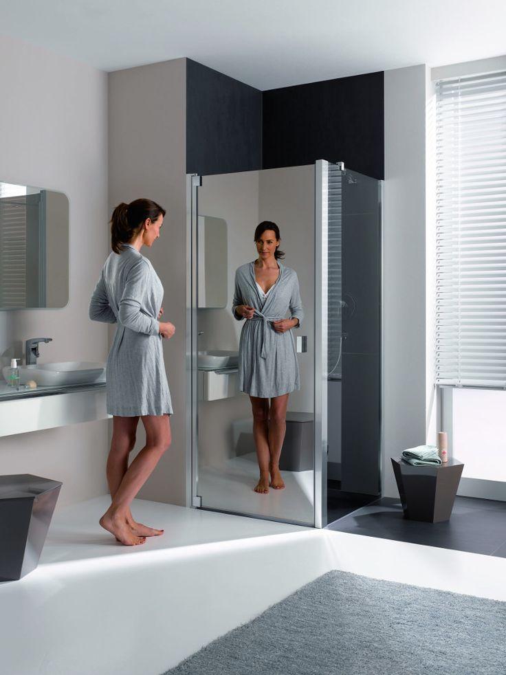 #Kermi spiegelglas maakt van je douchescherm een levensgrote #spiegel! En zorgt voor extra diepte en licht in je badkamer.  www.wonen.nl/informatie/Kermi-douchescherm-met-spiegelglas/5433